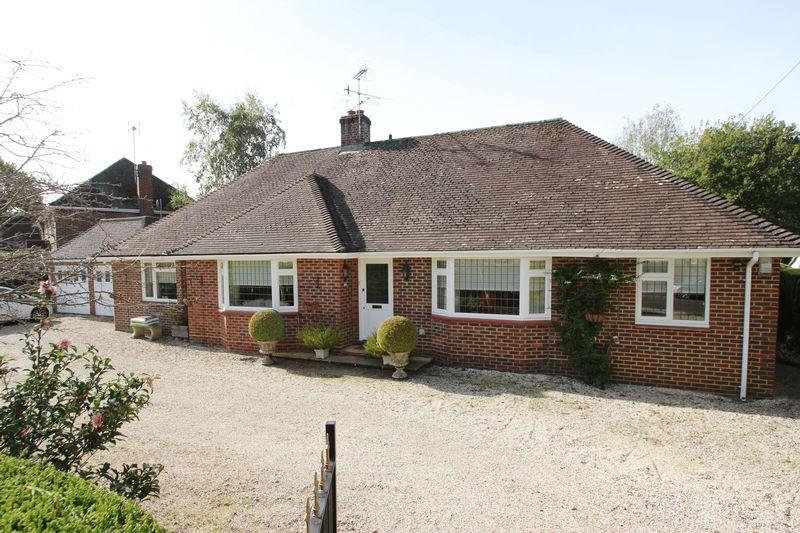 2 Bedrooms Detached Bungalow for sale in Grove Road, Cranleigh