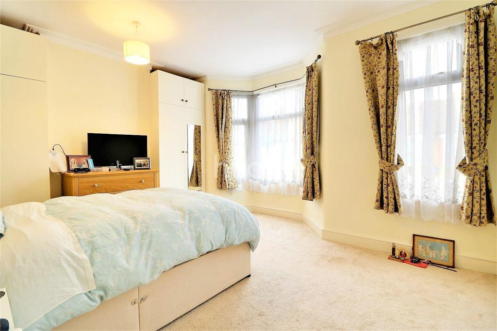 2 Bedrooms Terraced House for sale in Francis Avenue, Ilford, Essex