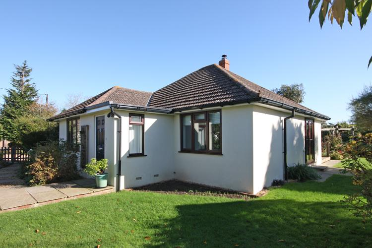3 Bedrooms Detached Bungalow for sale in Northover Road, Pennington, Lymington SO41