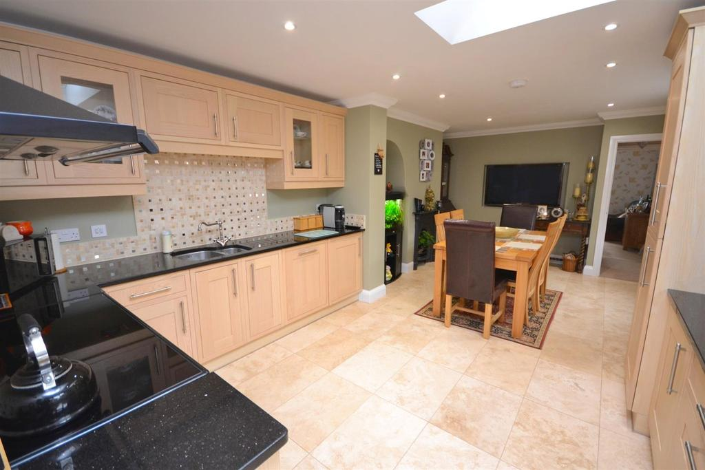 2 Bedrooms Semi Detached House for sale in White Elm Road, Danbury