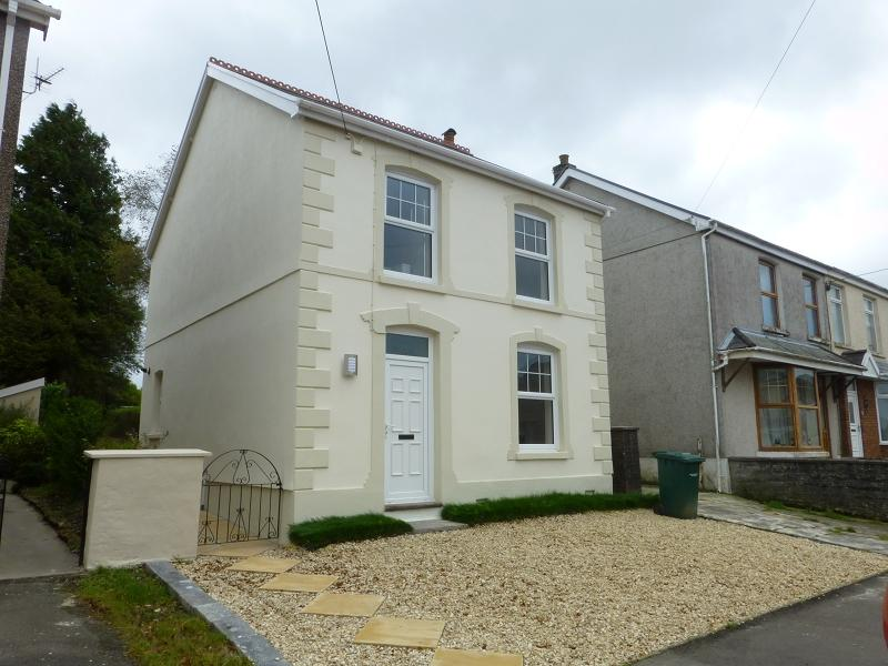 3 Bedrooms Detached House for sale in Brynamman Road, Lower Brynamman, Ammanford, Carmarthenshire.