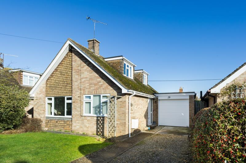 3 Bedrooms Detached Bungalow for sale in Beanhill Road, Ducklington, Witney, Oxfordshire
