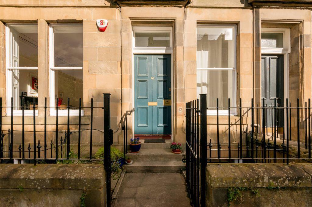5 Bedrooms Ground Maisonette Flat for sale in 42 Madeira Street, Edinburgh, EH6 4AL