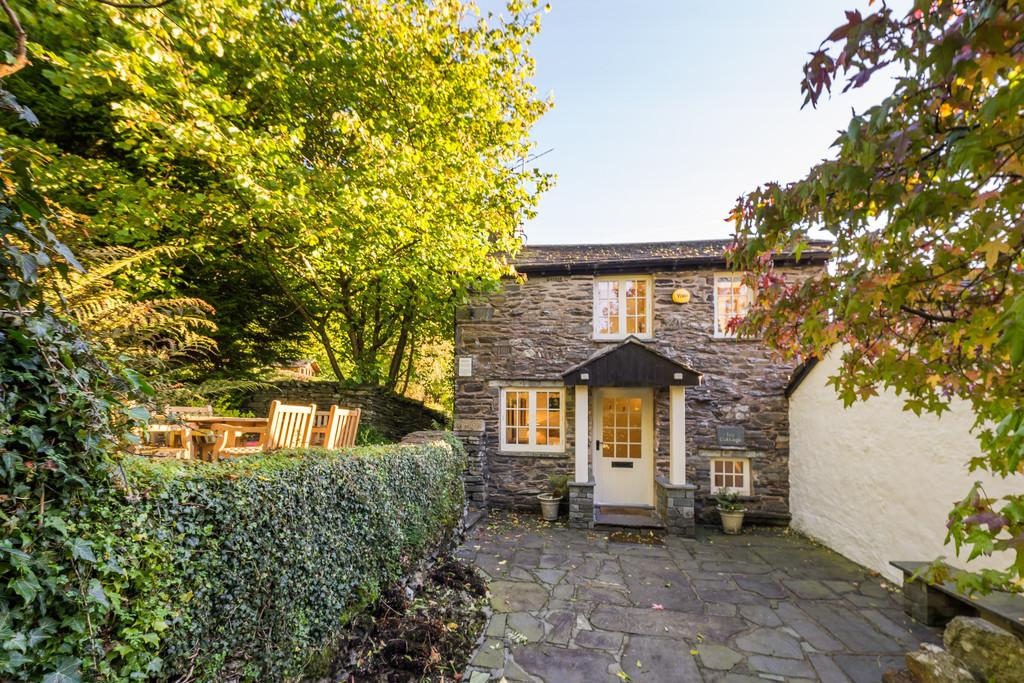 2 Bedrooms Cottage House for sale in Ivy Cottage, Clappersgate, Ambleside, Cumbria LA22 9LE