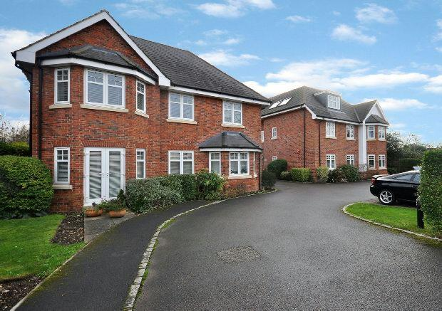 2 Bedrooms Flat for sale in Woodford Court, Western Avenue, Woodley, Reading,