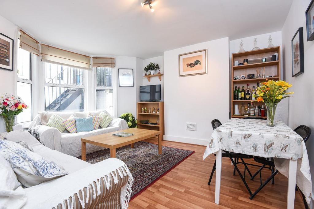 2 Bedrooms Flat for sale in Harbut Road, Battersea