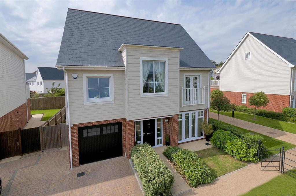 5 Bedrooms Detached House for sale in Whitby Close, Holboroough Lakes, ME6 5FJ