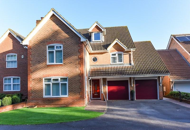 5 Bedrooms Detached House for sale in Denning Mead, Andover