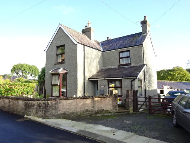 3 Bedrooms Detached House for sale in GLASINFRYN LL57