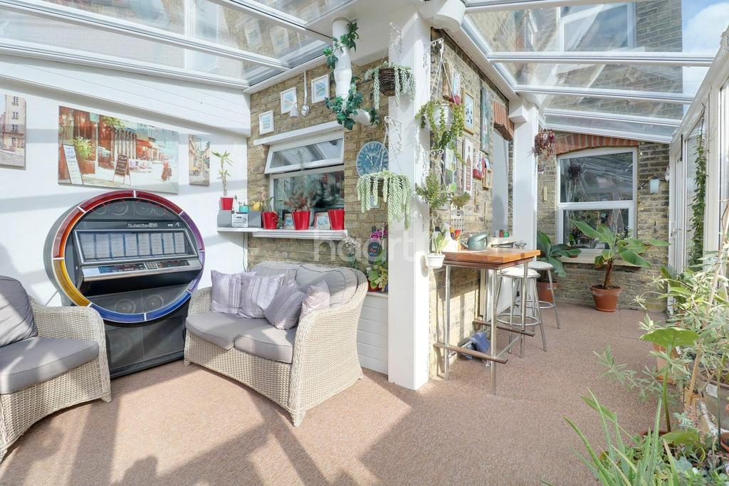 2 Bedrooms Semi Detached House for sale in Drummond Road, Romford