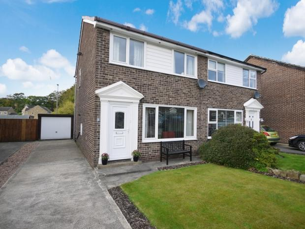 3 Bedrooms Semi Detached House for sale in Park Close Lightcliffe Halifax