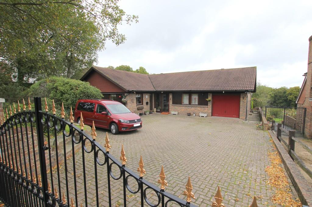 3 Bedrooms Detached Bungalow for sale in Cross In Hand, Heathfield