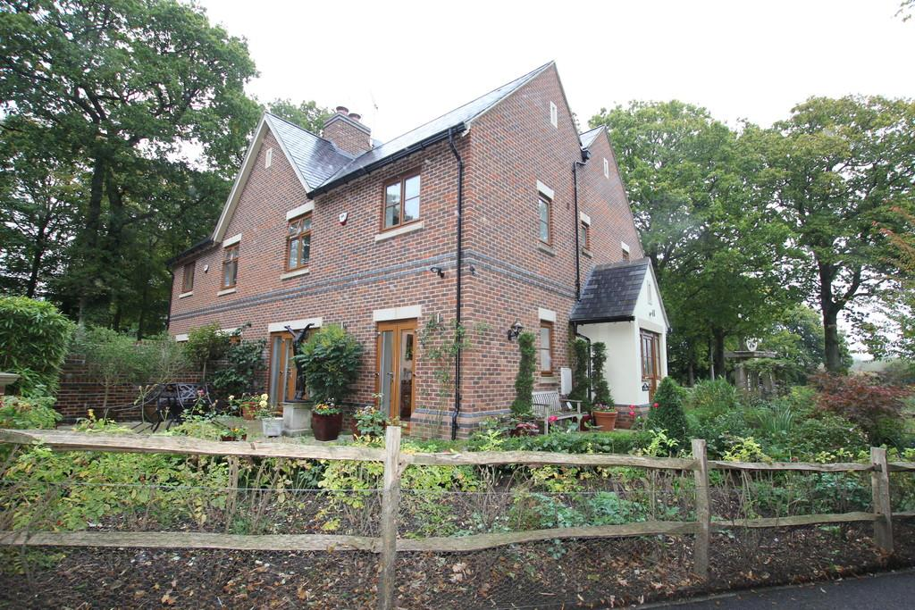 4 Bedrooms Semi Detached House for sale in Little Trodgers Lane, Mayfield