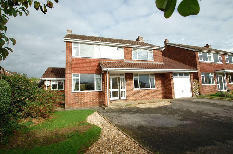 4 Bedrooms Detached House for sale in Tilmore Gardens, Petersfield, Hampshire