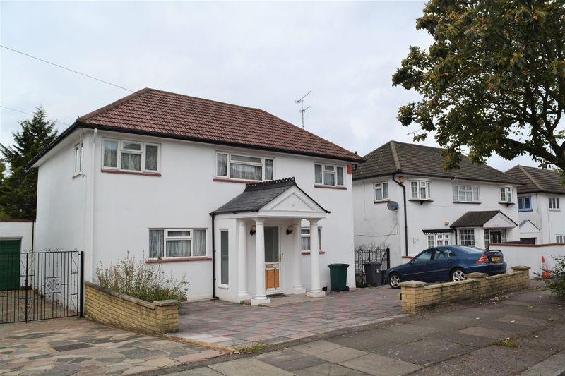 3 Bedrooms Detached House for sale in Gibbs Green, Edgware