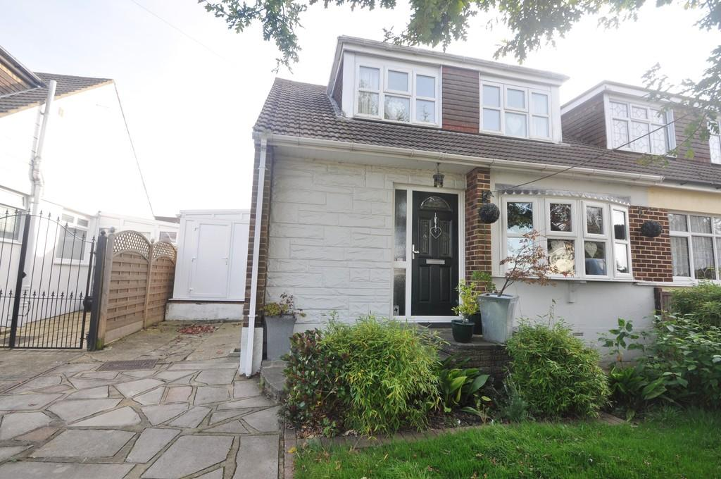 3 Bedrooms Semi Detached House for sale in Kings Park, Thundersley