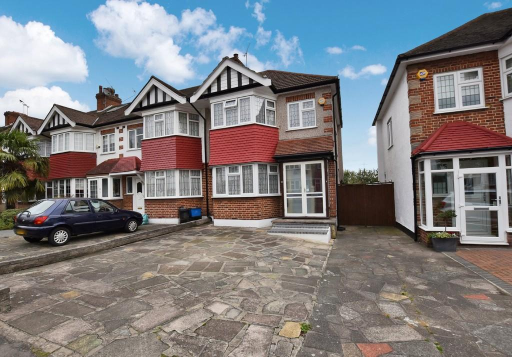 3 Bedrooms End Of Terrace House for sale in Colvin Gardens, Wanstead