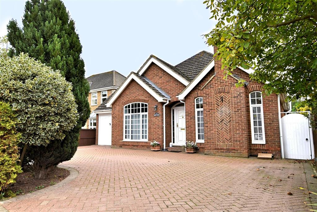 4 Bedrooms Detached Bungalow for sale in Thundersley