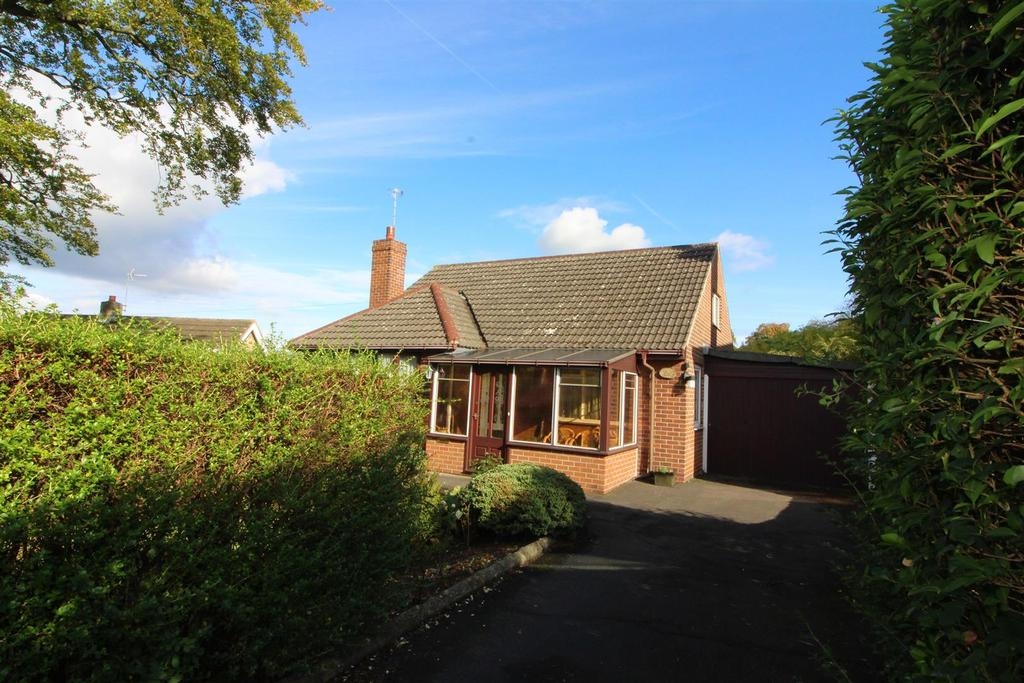 2 Bedrooms Detached Bungalow for sale in Fleminghouse Lane, Almondbury, Huddersfield, HD5 8TY
