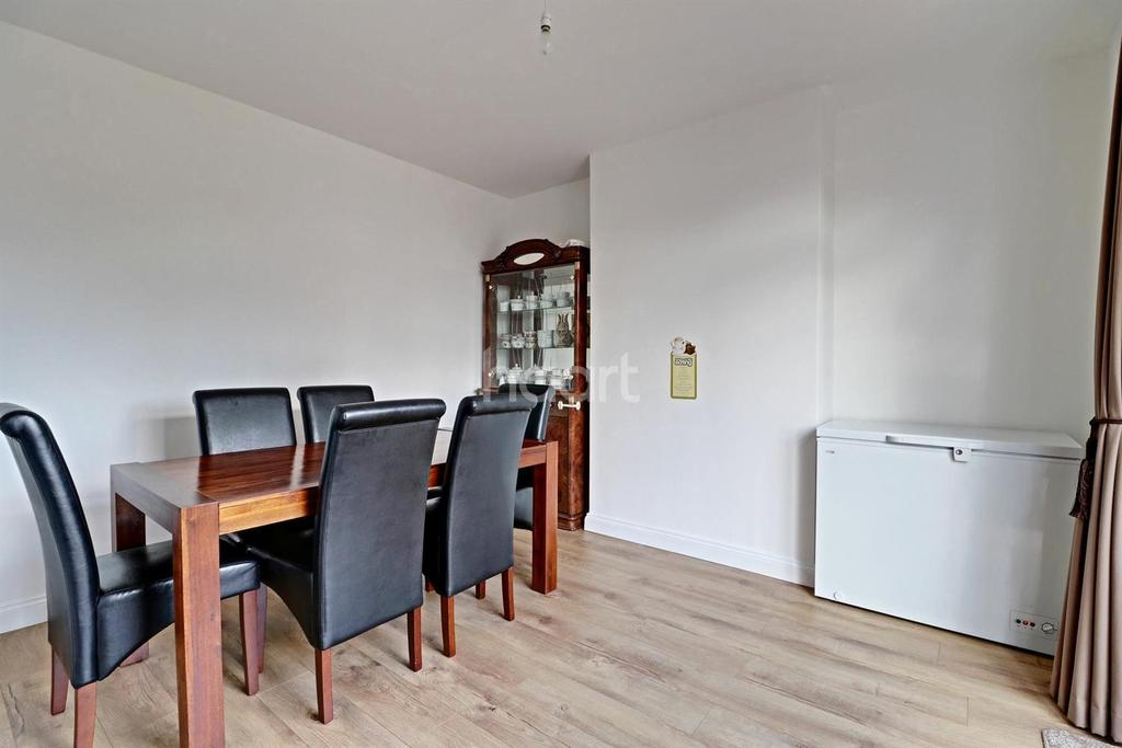 5 Bedrooms Semi Detached House for sale in Southend Road, Grays
