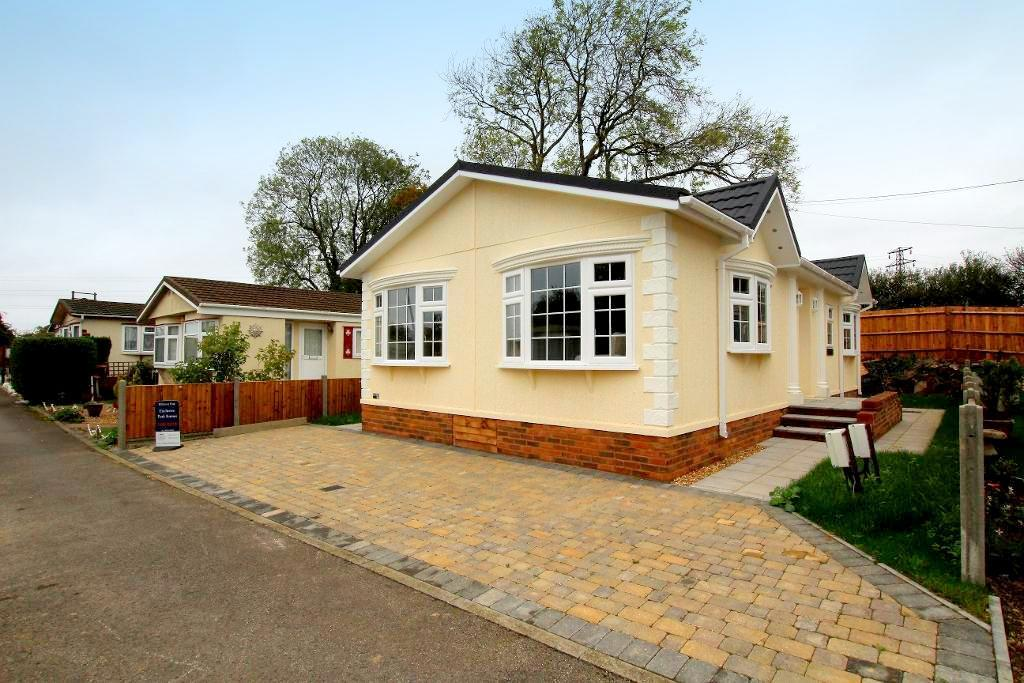 2 Bedrooms Park Home Mobile Home for sale in Manor Road, Caddington, Luton, LU1 4DP