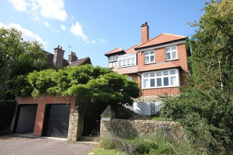 5 Bedrooms Detached House for sale in Wilderness Road, Oxted