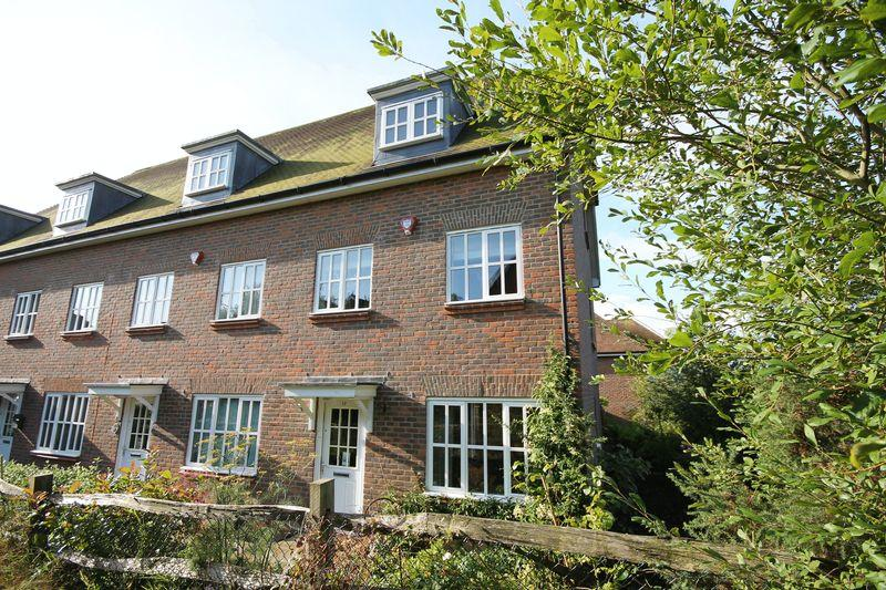 3 Bedrooms End Of Terrace House for sale in Farriers Lea, Haywards Heath