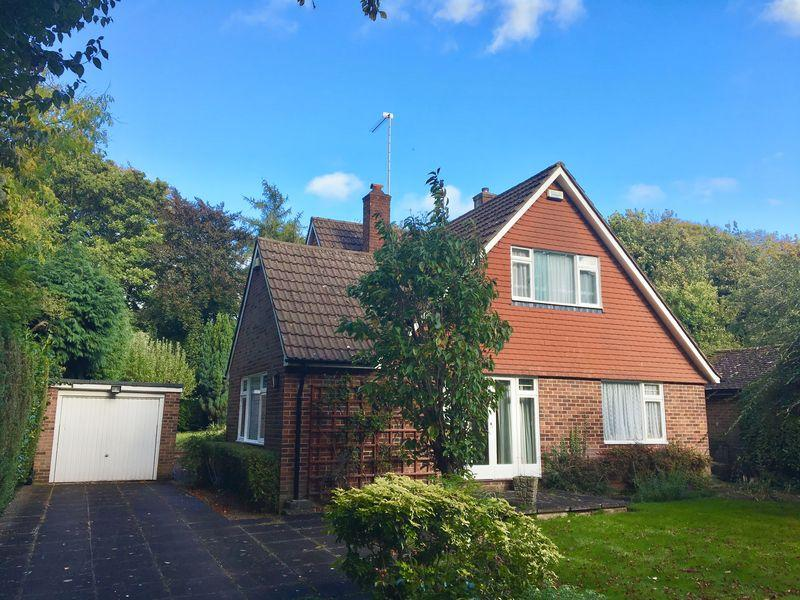 3 Bedrooms Detached House for sale in Downs Avenue, Epsom