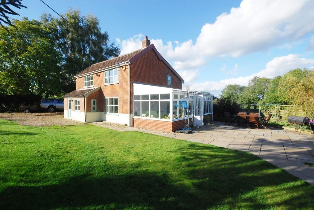 3 Bedrooms Detached House for sale in Norwich Road, Hardingham