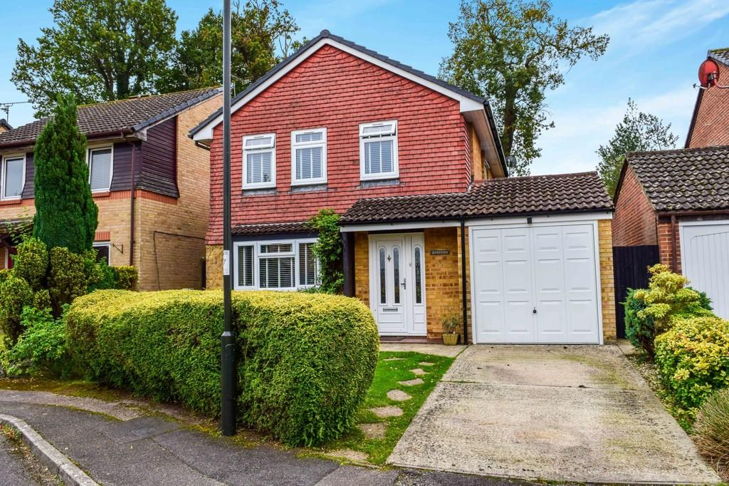 4 Bedrooms Detached House for sale in Sissinghurst Close, Worth