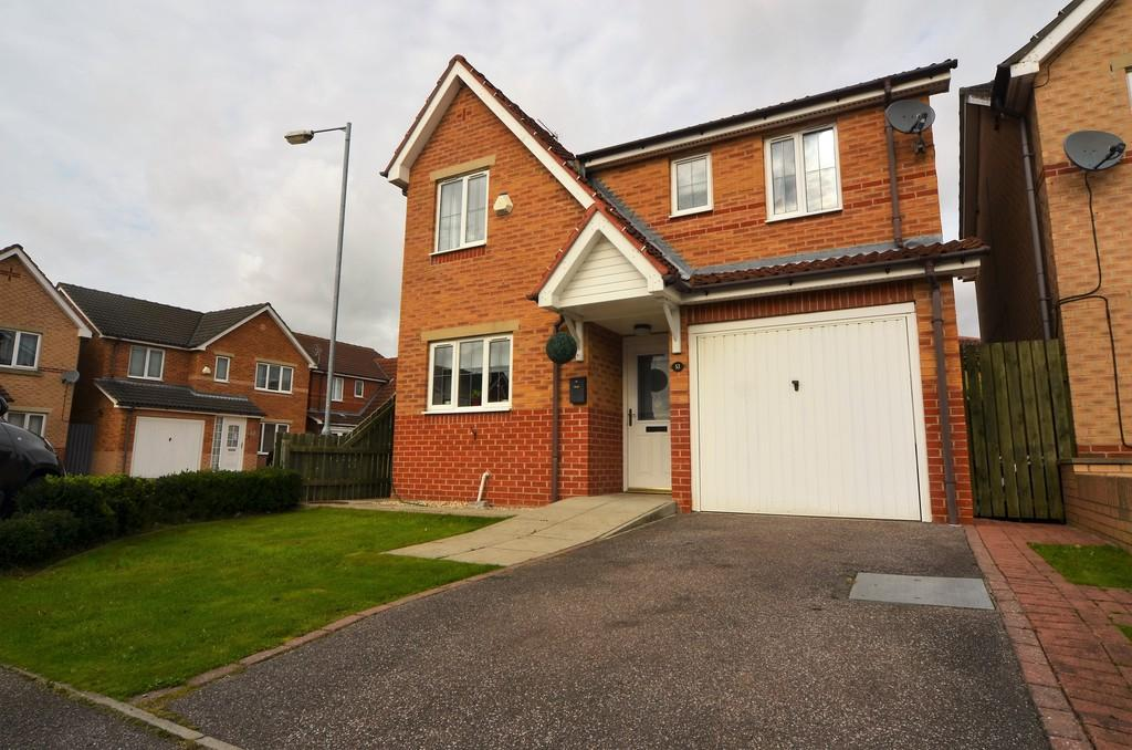 4 Bedrooms Detached House for sale in 53 Highgrove Way, Kingswood
