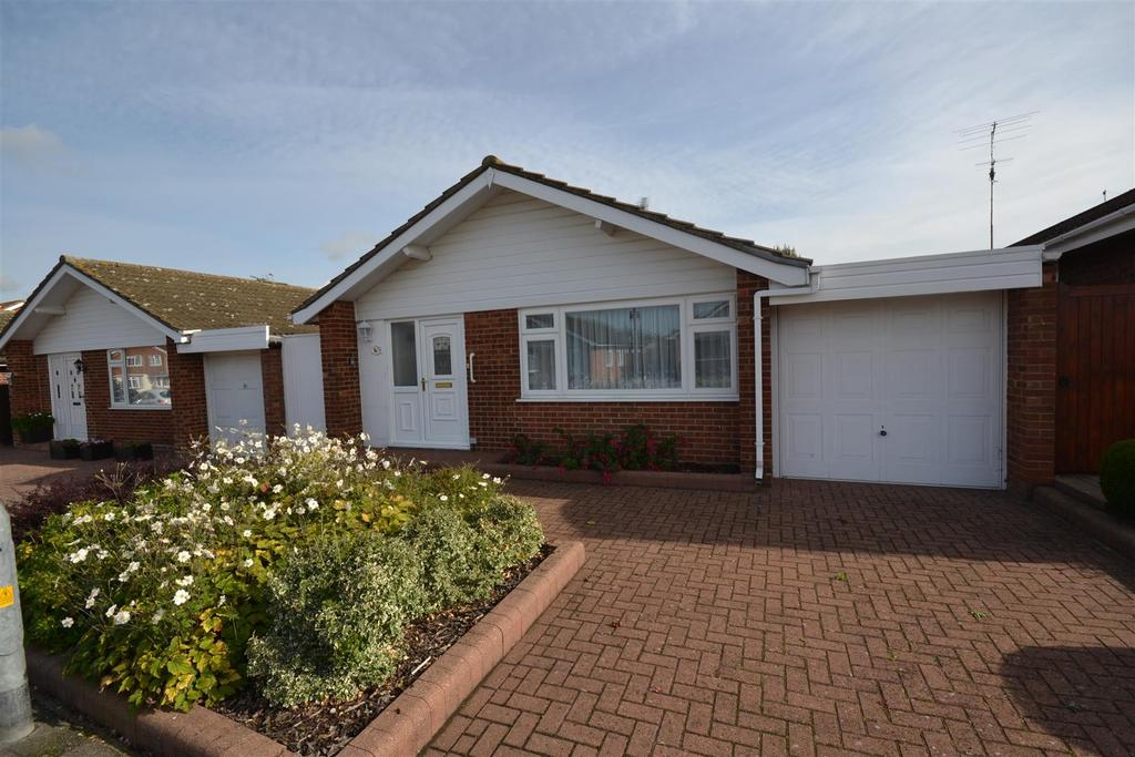 2 Bedrooms Bungalow for sale in 54 Champions Way, South Woodham Ferrers, Chelmsford