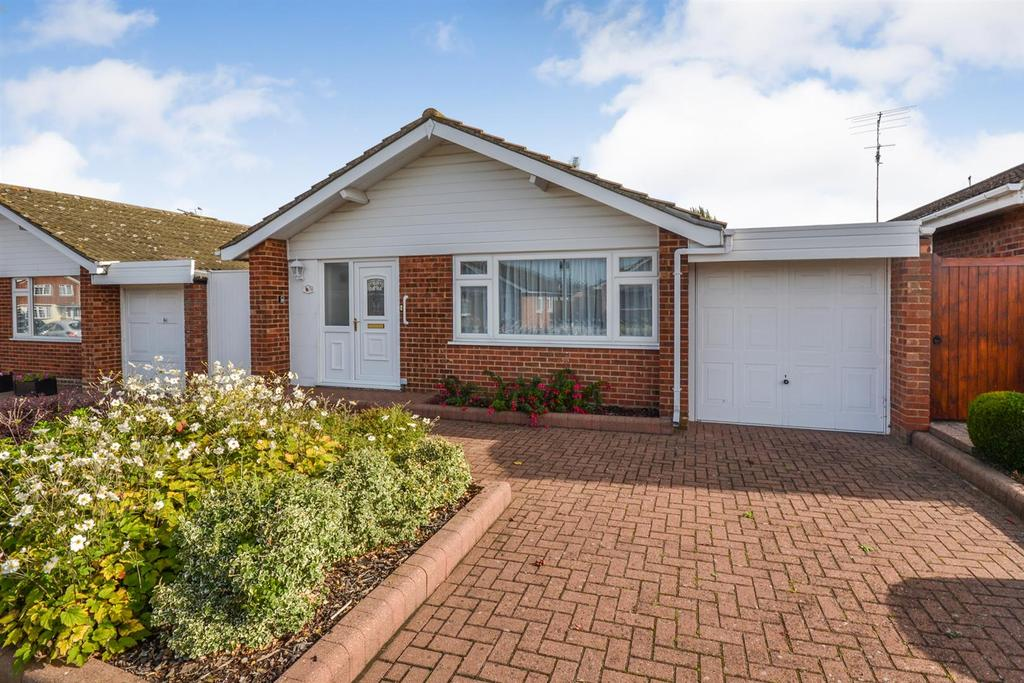 2 Bedrooms Bungalow for sale in Champions Way, South Woodham Ferrers, Chelmsford
