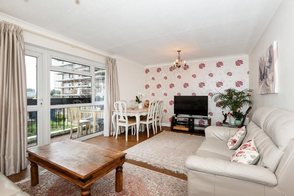 3 Bedrooms Flat for sale in Grange Gardens, Southgate