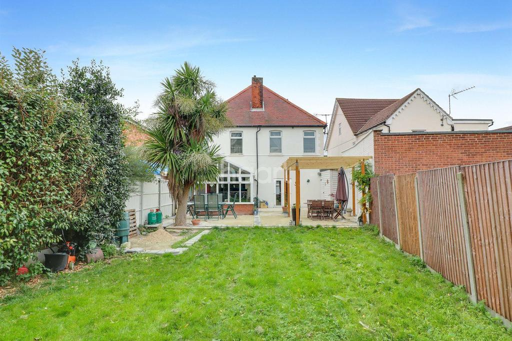 5 Bedrooms Detached House for sale in Rayleigh Road, Thundersley