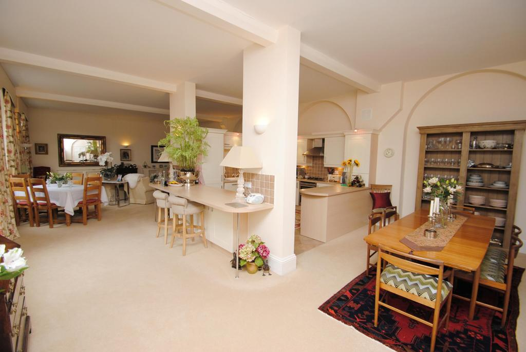 2 Bedrooms Flat for sale in Annecy Court, St. Josephs Field
