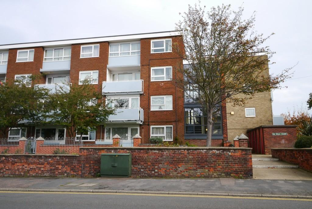 2 Bedrooms Maisonette Flat for sale in Da Volls Court, Gorleston, Great Yarmouth