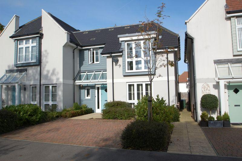 3 Bedrooms Semi Detached House for sale in Castle Gardens, Thistle Down, Horndean, Waterlooville