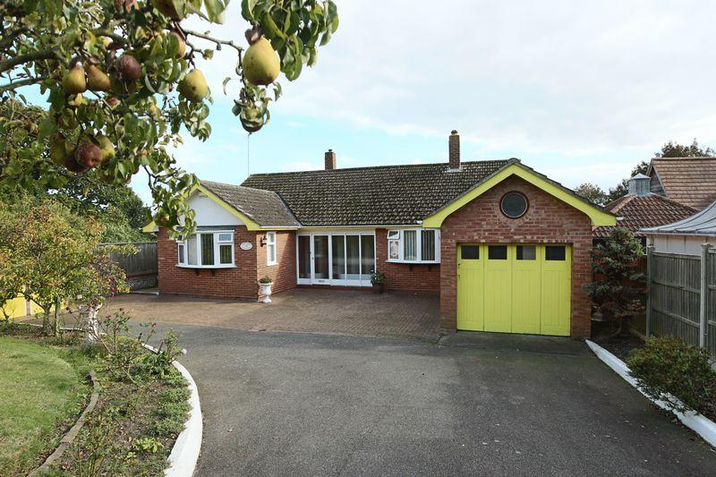2 Bedrooms Detached Bungalow for sale in Normanston Drive, Lowestoft