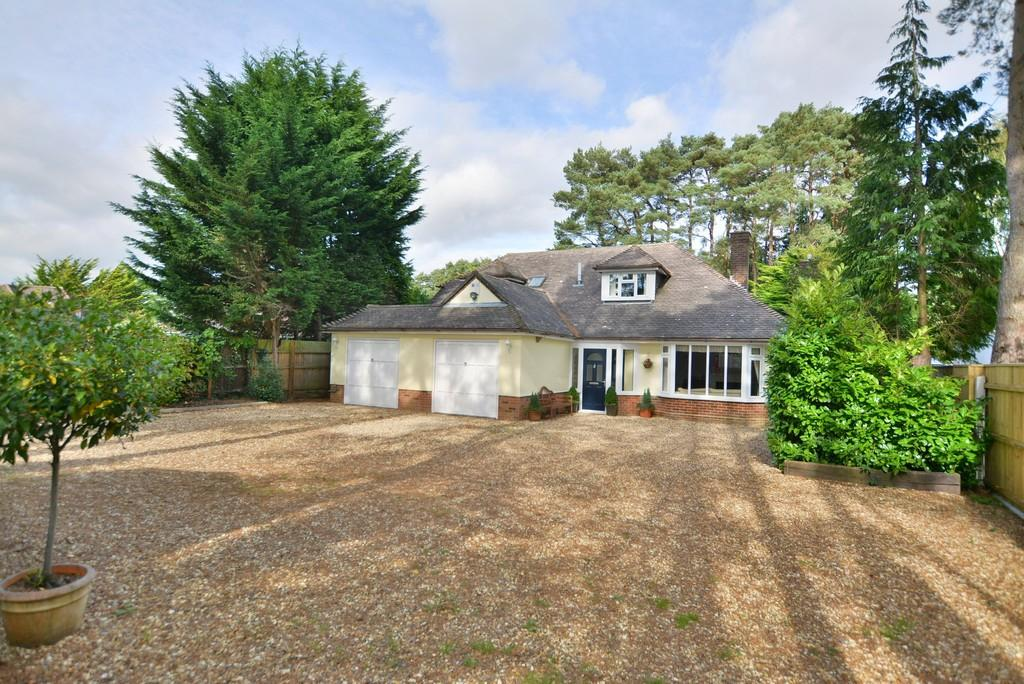 4 Bedrooms Detached Bungalow for sale in New Road, West Parley