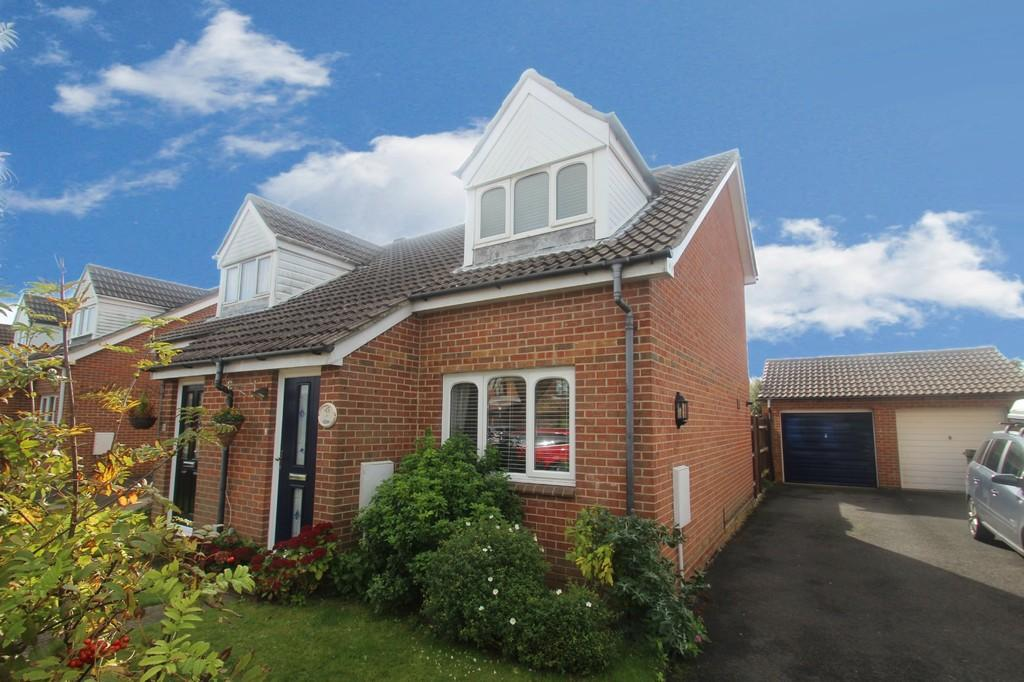 2 Bedrooms Semi Detached House for sale in Longships, Littlehampton
