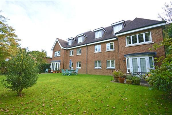 2 Bedrooms Apartment Flat for sale in Holmes Court, Boundary Road, Grayshott