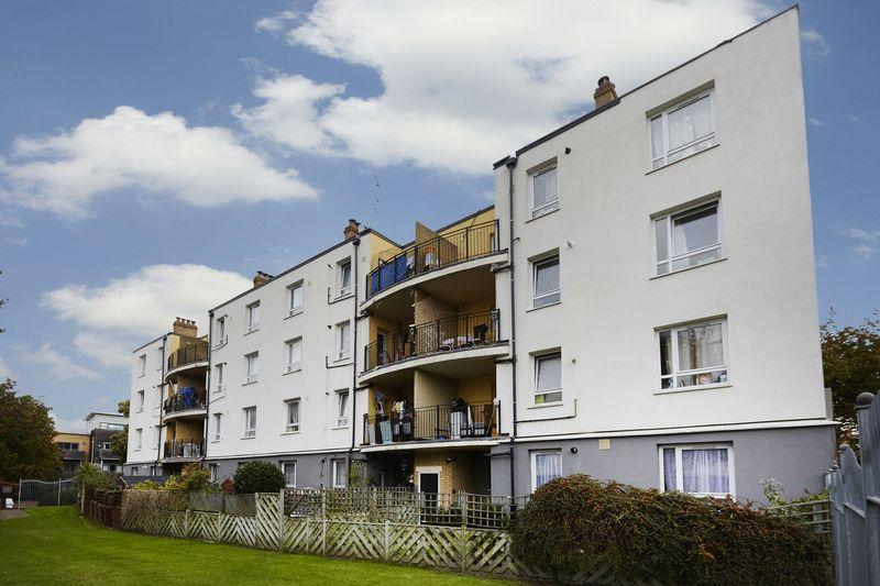 3 Bedrooms Apartment Flat for sale in Cherry Tree Court, Charlton