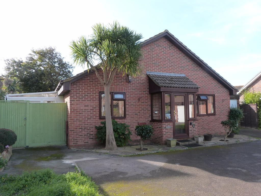2 Bedrooms Detached Bungalow for sale in James Street, Selsey