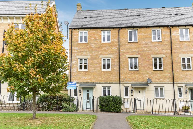 3 Bedrooms Semi Detached House for sale in Ash Avenue, Carterton, Oxon