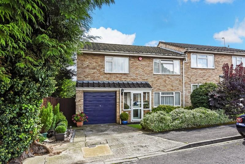4 Bedrooms Semi Detached House for sale in Wessex Gardens, Andover