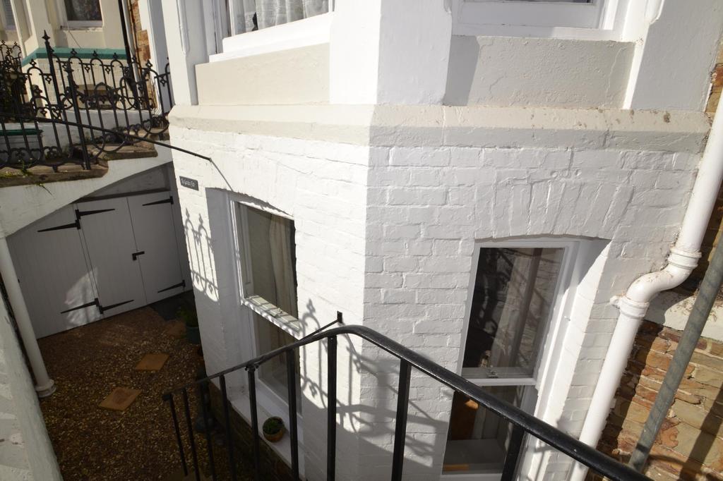 2 Bedrooms Flat for sale in Queen Annes, High Street