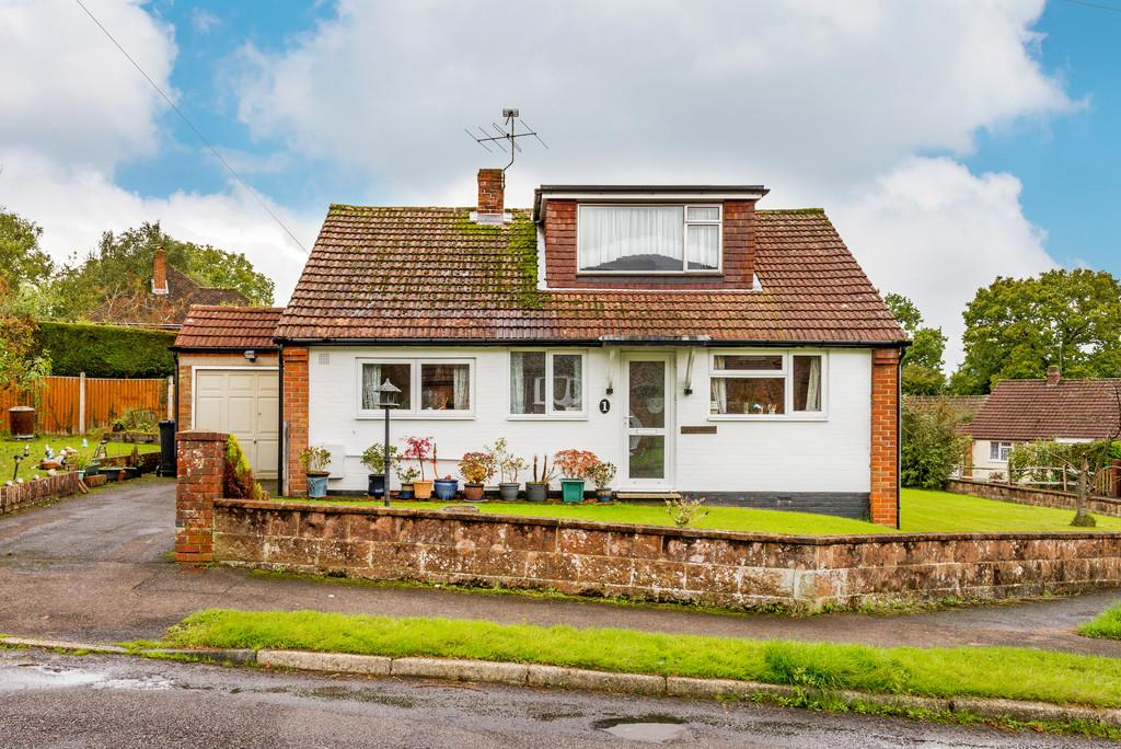 2 Bedrooms Detached Bungalow for sale in Fernhurst, Haslemere