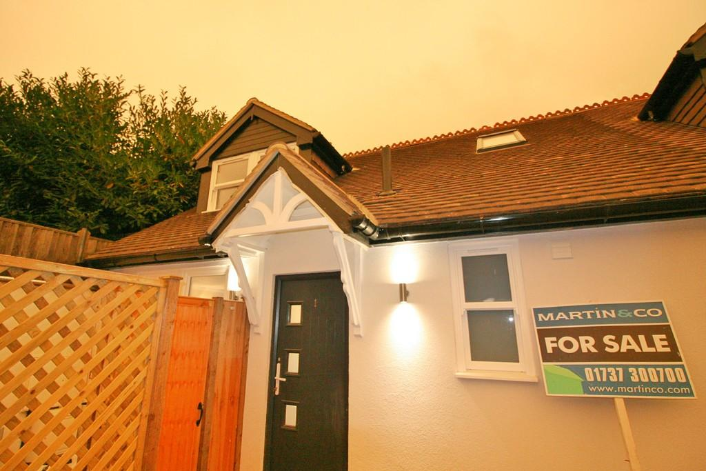 2 Bedrooms Semi Detached House for sale in Oakdene Road , Redhill
