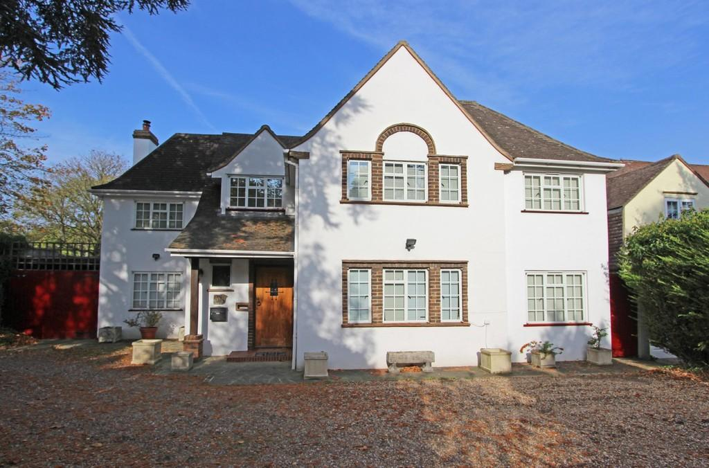 5 Bedrooms Detached House for sale in Nork Way, Banstead